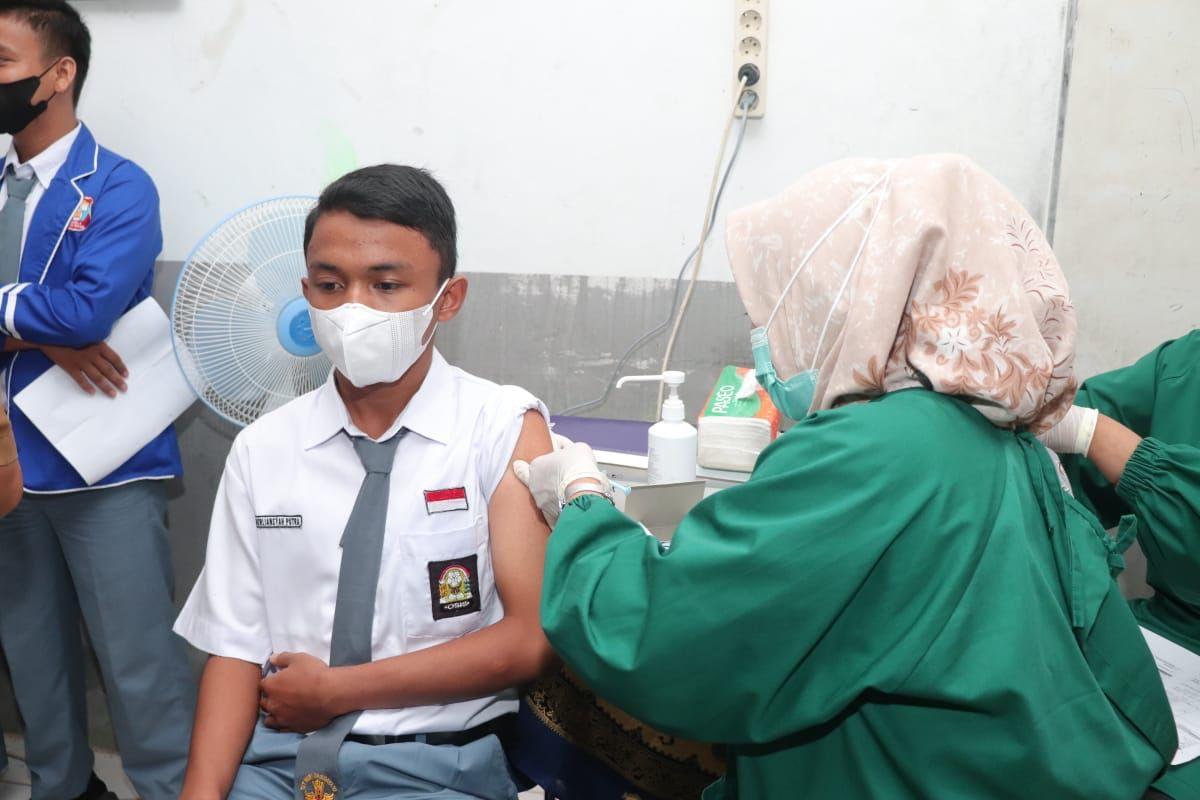 Pelajar di Sumbar saat melakukan vaksinasi. [ist]